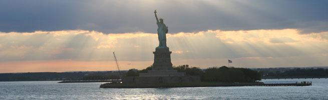 Aya_sailing_past_statue_of_liberty1